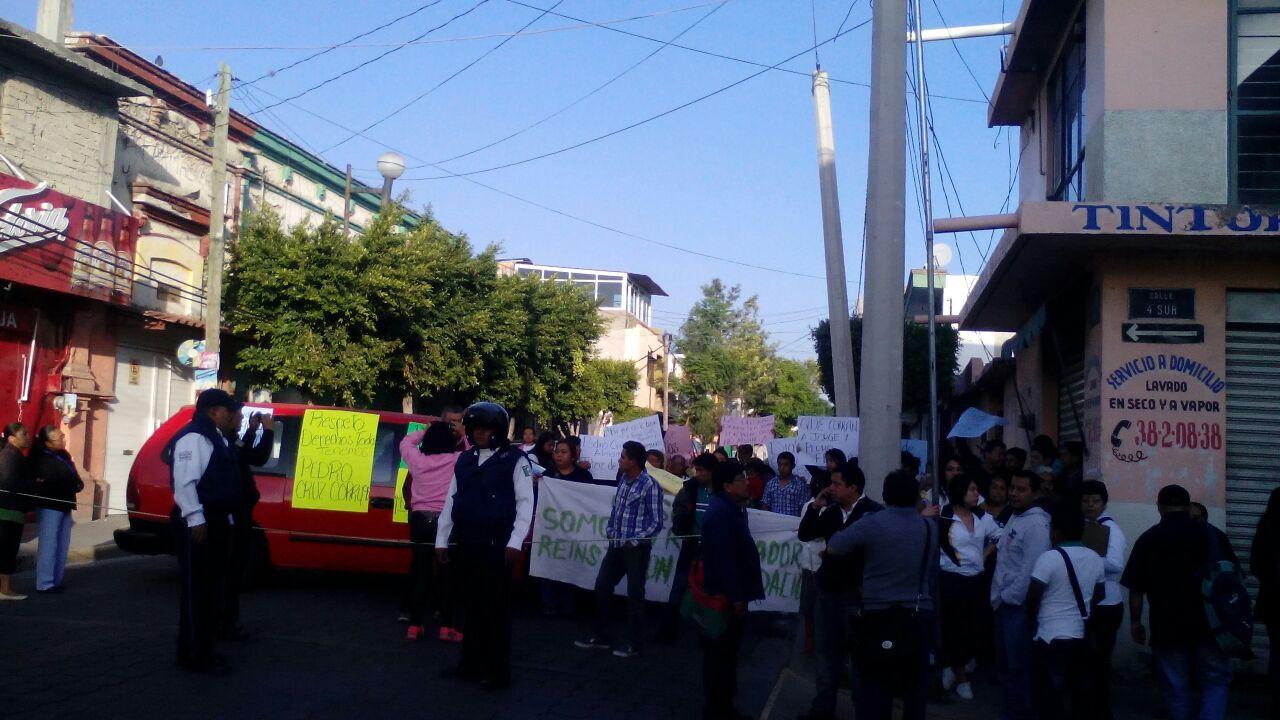 Cierran calle trabajadores de Ooselite, ex director los encabeza