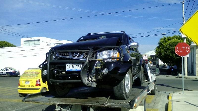 Se pasa señalamiento de alto y choca contra lujosa camioneta