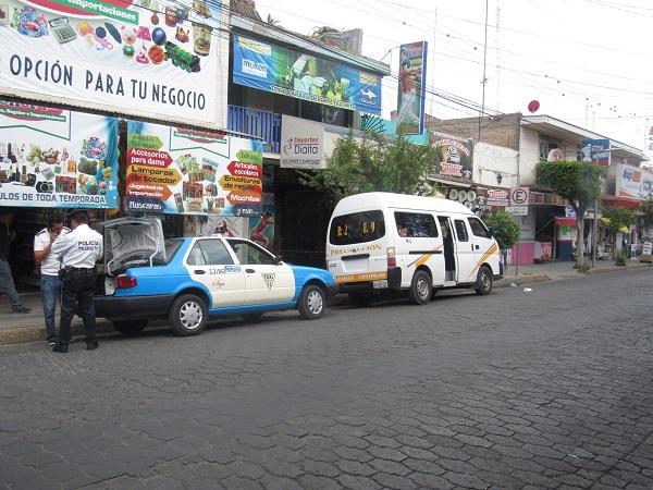 Combi de la Ruta 2 se impactó contra un taxi