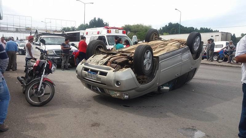 Vuelca camioneta al tratar de esquivar a otro vehículo