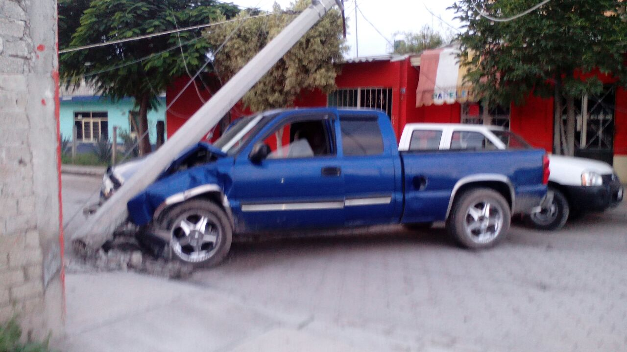 Ebrio sujeto choca su camioneta contra poste y deja sin luz a Cuayucatepec, noticias