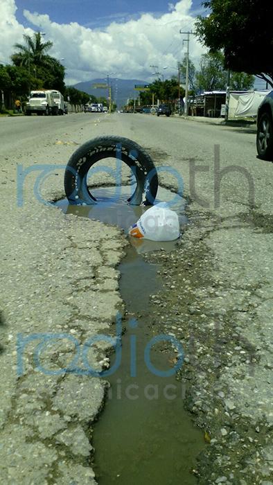 Baches en entrada de Coapan, son un riesgo para los conductores