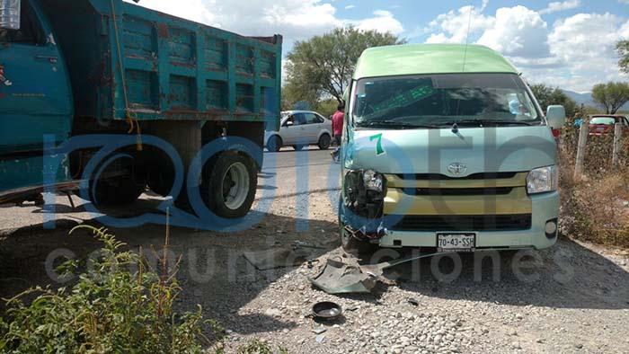 Causa chofer de colectiva accidente en Chilac